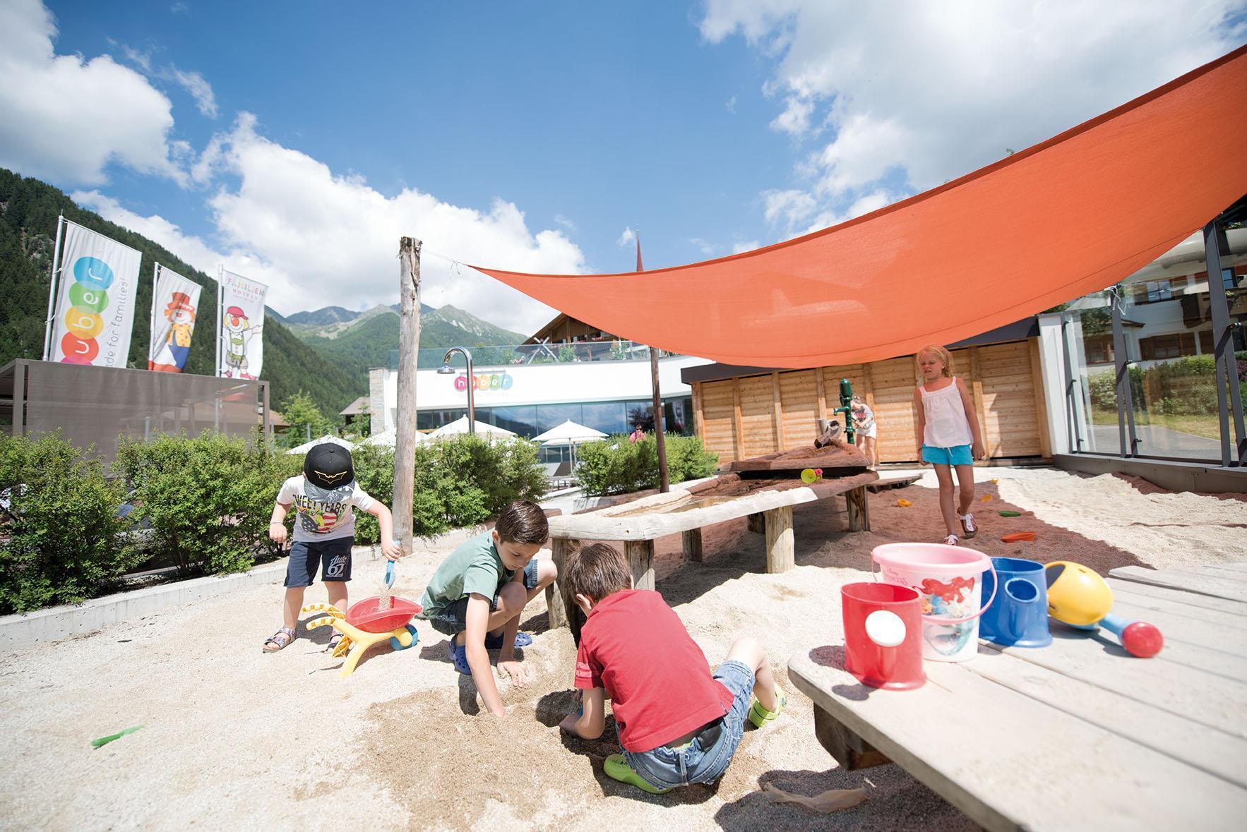 Hotel per bambini con piscina e scivolo ad acqua in alto adige - Hotel con piscina riscaldata per bambini ...